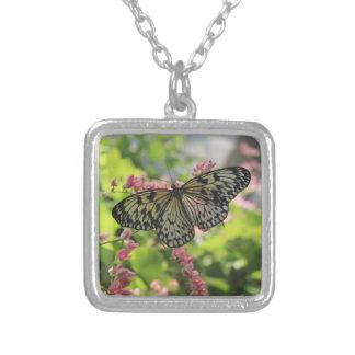 ピンクの花の白黒蝶 シルバープレートネックレス