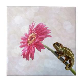 ピンクの花の緑のカメレオン タイル