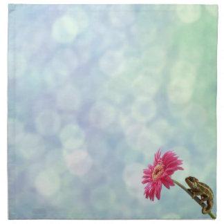 ピンクの花の緑のカメレオン ナプキンクロス