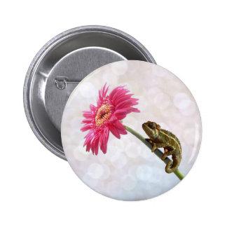 ピンクの花の緑のカメレオン 5.7CM 丸型バッジ