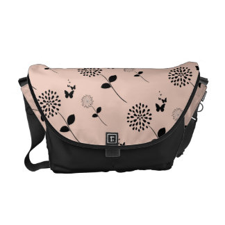 ピンクの花の蝶グラフィックアートのメッセンジャーバッグ メッセンジャーバッグ