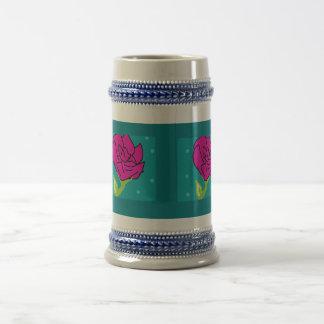 ピンクの花の青の背景 ビールジョッキ