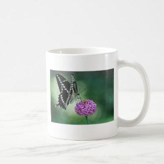 ピンクの花の黒いアゲハチョウの蝶 コーヒーマグカップ
