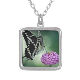 ピンクの花の黒いアゲハチョウの蝶 シルバープレートネックレス