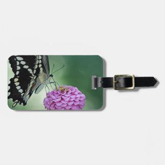 ピンクの花の黒いアゲハチョウの蝶 バッグタグ