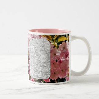 ピンクの花はマグ写真の活気付きます ツートーンマグカップ