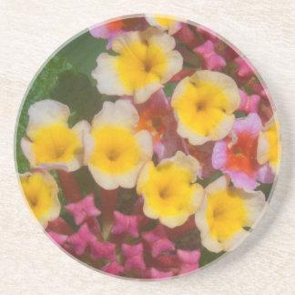 ピンクの芽を搭載する小さく黄色い熱帯花 コースター