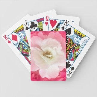 ピンクの葉を持つ白いバラ バイスクルトランプ