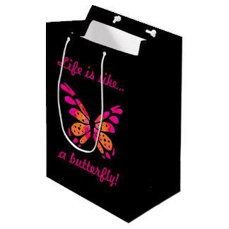 ピンクの蝶が付いている黒いギフトバッグ ミディアムペーパーバッグ