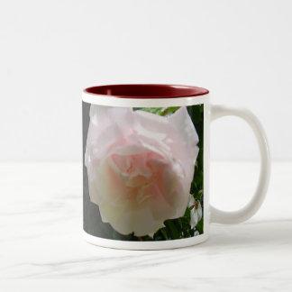 ピンクの赤面のバラ及びローズマリー ツートーンマグカップ