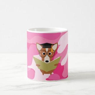 ピンクの迷彩柄の勉強犬のマグ コーヒーマグカップ
