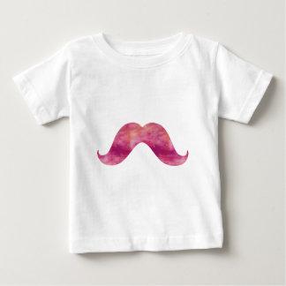 ピンクの髭の絞り染めの水彩画の髭のデザイン ベビーTシャツ
