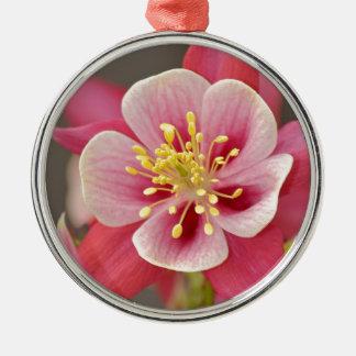 ピンクの鳩の花のプリント メタルオーナメント