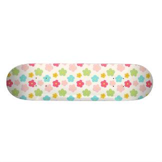 ピンクの黄色緑のレトロの花 スケートボード
