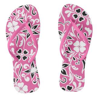ピンクの黒く及び白い花パターン ビーチサンダル