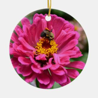 ピンクの《植物》百日草およびのまわりに セラミックオーナメント