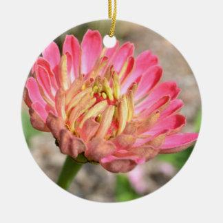 ピンクの《植物》百日草の花のクリスマスのオーナメント 陶器製丸型オーナメント
