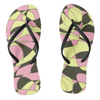 ピンクの、黄色および黒いカムフラージュ ビーチサンダル