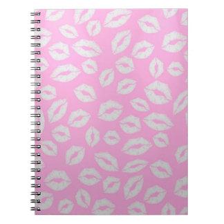 ピンクのbackgraundの美しいキスの唇愛 ノートブック