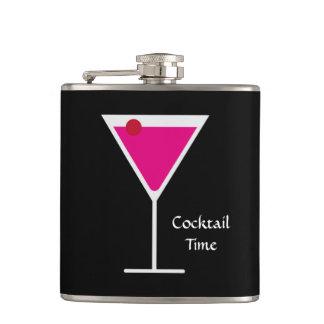 ピンクのCosmoマルティーニのガラスカクテルの時間カスタムの単語 フラスク