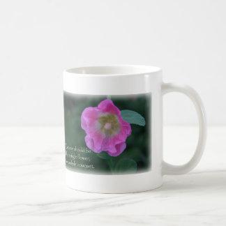 ピンクのhollyhockの花の女性の引用文のコーヒーカップ コーヒーマグカップ