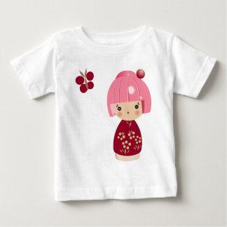 ピンクのKokeshiの三重項のベビーのティー ベビーTシャツ