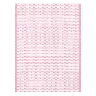 ピンクは布のテーブルクロスを曲げます テーブルクロス