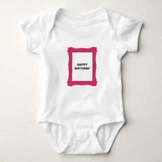 ピンクフレームのハッピーバースデーのTシャツ ベビーボディスーツ