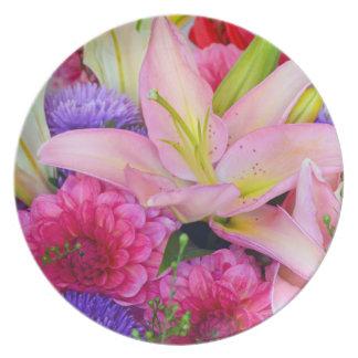 ピンクユリおよびダリアの花柄のプレート プレート