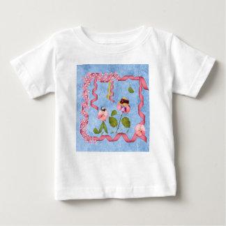 ピンクユーモアのあるなスイートピー及び藤色の花人々 ベビーTシャツ