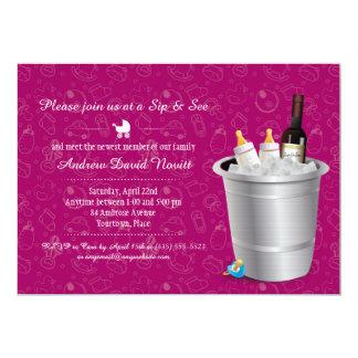 ピンクワインおよび哺乳瓶の一口はおよびベビーシャワーを見ます カード