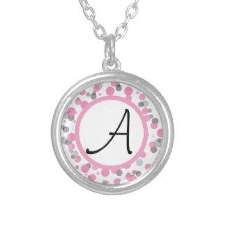 ピンク及び灰色の水玉模様はあなたの手紙を加えます シルバープレートネックレス