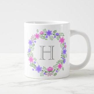 ピンク及び紫色の花のリースのモノグラムのなジャンボマグ ジャンボコーヒーマグカップ