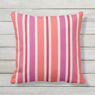 ピンク夏のストライプなパターン および赤 クッション