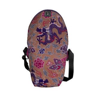 ピンク紫色のドラゴンおよび紫色の花模様 メッセンジャーバッグ