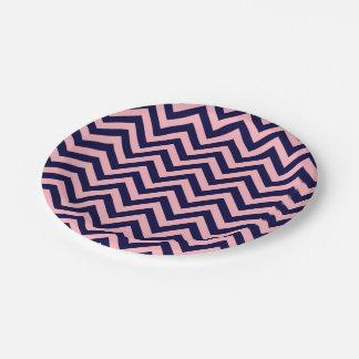 ピンク、濃紺の大きいシェブロンのジグザグパターン ペーパープレート