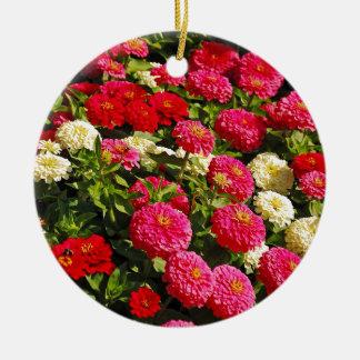 ピンク、白くおよび赤い《植物》百日草の花 陶器製丸型オーナメント