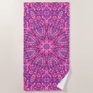 ピンクnの紫色のヴィンテージの万華鏡のように千変万化するパターンのビーチタオル ビーチタオル