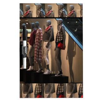 ファッションパレードはTシャツの衣類のテンプレートを模倣します ドライイレースボード