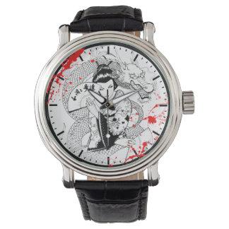 ファンのドラゴンの入れ墨を持つクールな血の(ばちゃばちゃ)跳ねるの芸者 腕時計
