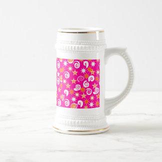 ファンキーなショッキングピンクのオレンジ星の渦巻のおもしろいパターン ビールジョッキ