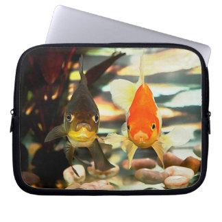 ファンシーな金魚は水彩画のイメージに直面します ラップトップスリーブ