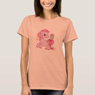 ファンタジーのフクロウを持つファンタジーのピンクの子馬 Tシャツ