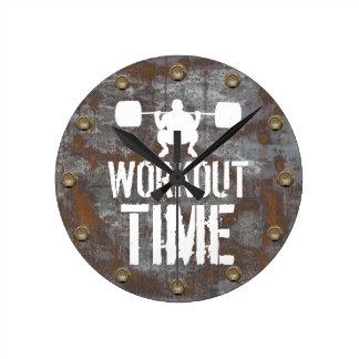 フィットネスの訓練のトレーニングの時間錆ついた金属板 ラウンド壁時計