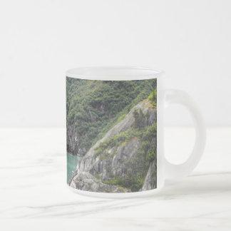 フィヨルドのマグを通した眺め フロストグラスマグカップ