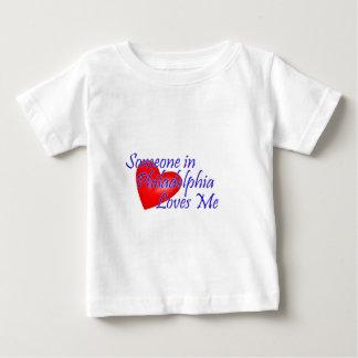 フィラデルヒィアの誰かは私を愛します ベビーTシャツ
