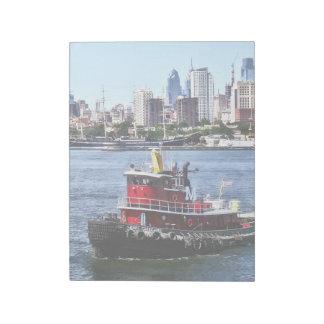 フィラデルヒィアPA -フィラデルヒィアのスカイラインによるタグボート ノートパッド