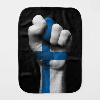フィンランドの旗が付いている上げられたくいしばられた握りこぶし バープクロス
