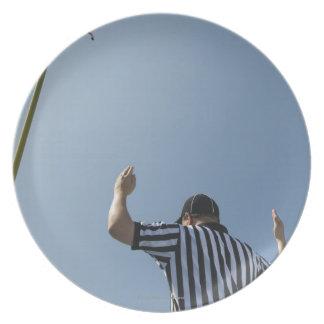 フィールドゴールを呼んでいるフットボールの審判員 プレート