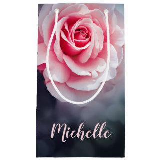 フェミニンなピンクのバラの花柄の写真 スモールペーパーバッグ